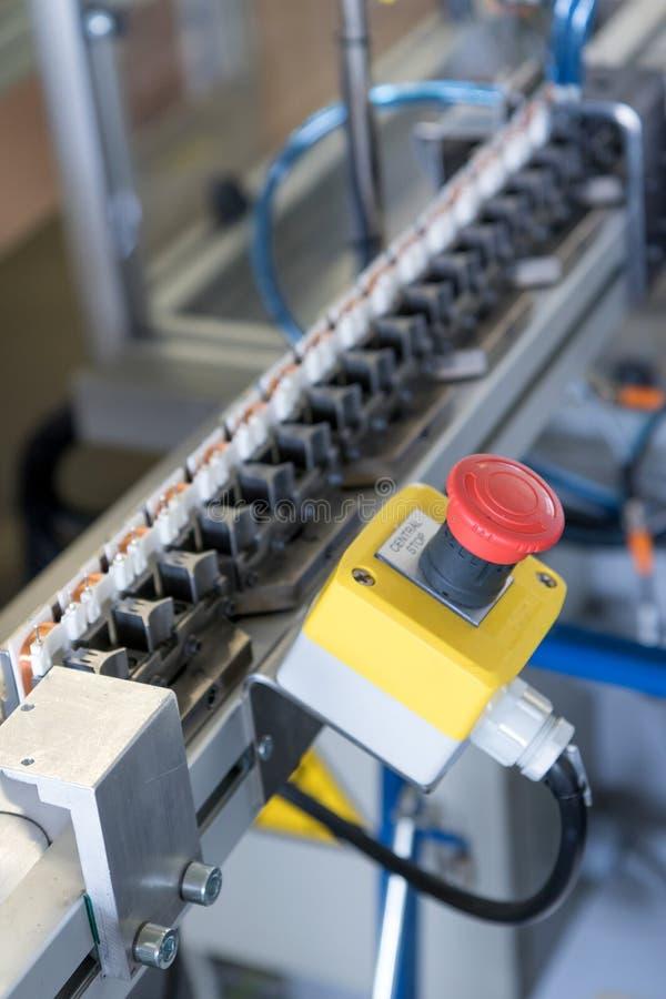 Крупный план кнопки стоп на сборочном конвейере стоковая фотография