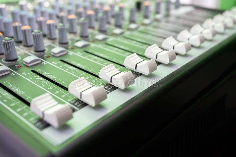 Крупный план кнопок на смесителе музыки стоковая фотография