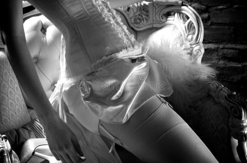 Крупный план корсета сатинировки женщины нося белого стоковое фото