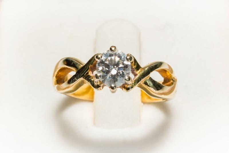 Крупный план кольца с бриллиантом стоковое изображение