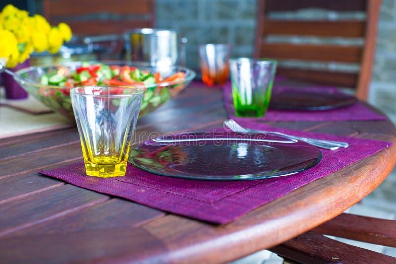 Download Крупный план красивого Tableware цвета для украшенной таблицы Стоковое Изображение - изображение насчитывающей обед, семья: 40586489