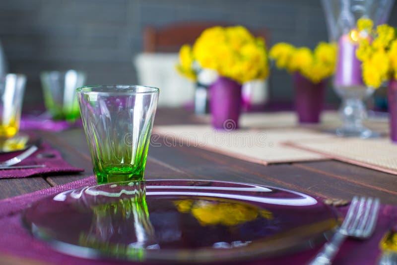 Download Крупный план красивого Tableware цвета для украшенной таблицы Стоковое Изображение - изображение насчитывающей семья, дом: 40586999