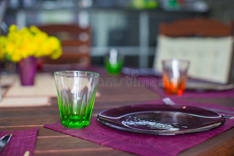Download Крупный план красивого Tableware цвета для украшенной таблицы Стоковое Изображение - изображение насчитывающей banting, гнездй: 40587009