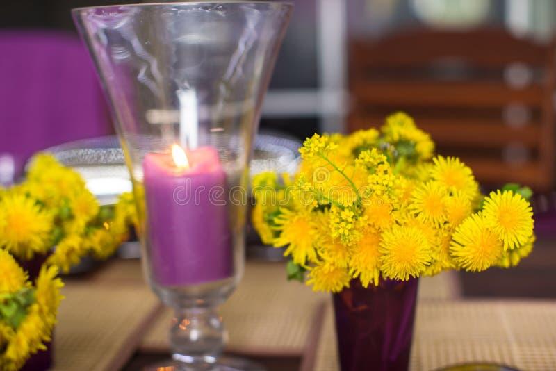 Download Крупный план красивого Tableware цвета для украшенной таблицы Стоковое Фото - изображение насчитывающей гнездй, нож: 40587014