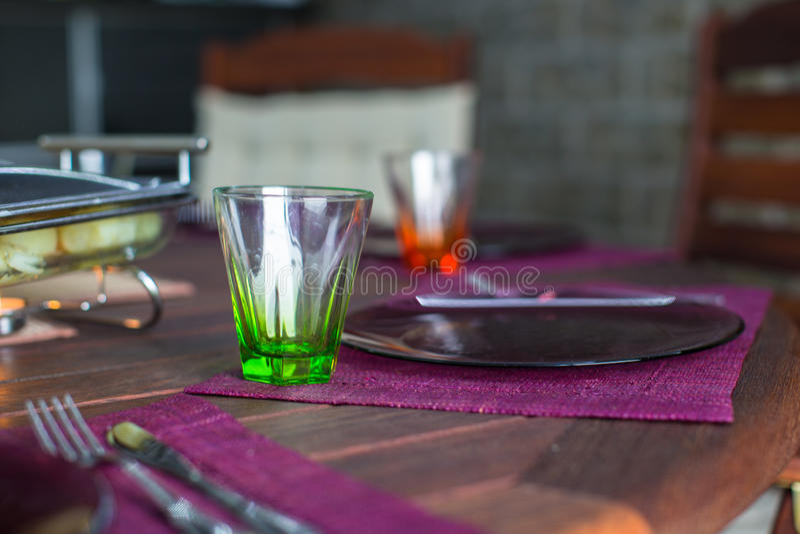 Download Крупный план красивого Tableware цвета для украшенной таблицы Стоковое Фото - изображение насчитывающей торжество, стекло: 40587162