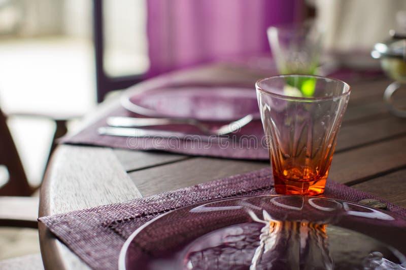 Download Крупный план красивого Tableware цвета для украшенной таблицы Стоковое Изображение - изображение насчитывающей сирень, banting: 40587211