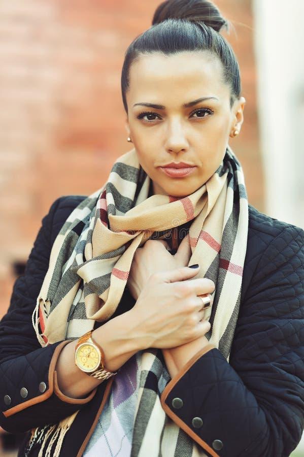 Крупный план красивой женщины брюнет - внешней стоковые фото
