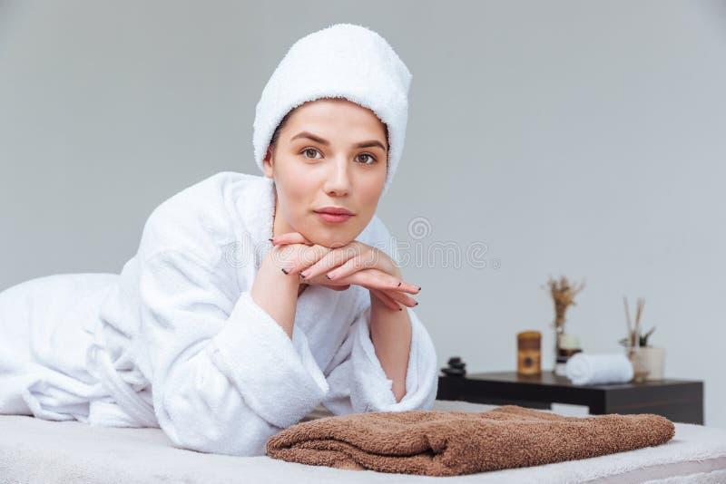 Крупный план красивой молодой женщины ослабляя в салоне курорта стоковые изображения rf
