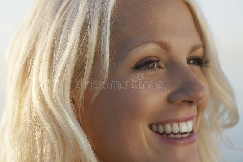 Крупный план красивый усмехаться женщины стоковые фотографии rf