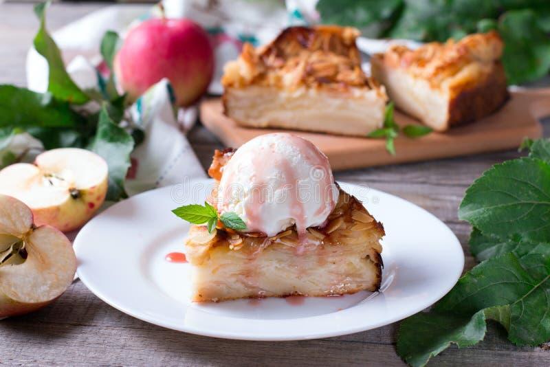 Крупный план куска яблочного пирога с ветроуловителем мороженого на плите стоковые фотографии rf