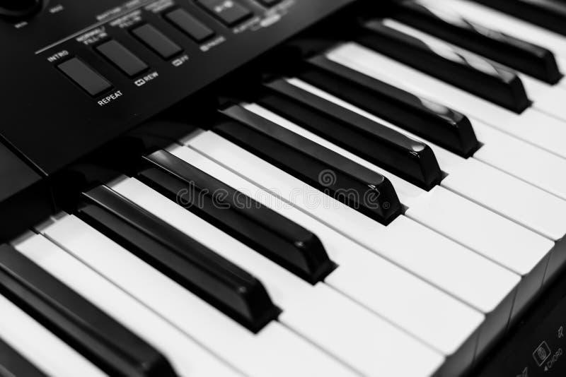 Крупный план клавиатур рояля черно-белый | классический музыкальный инструмент | развлечения музыки стоковое фото rf
