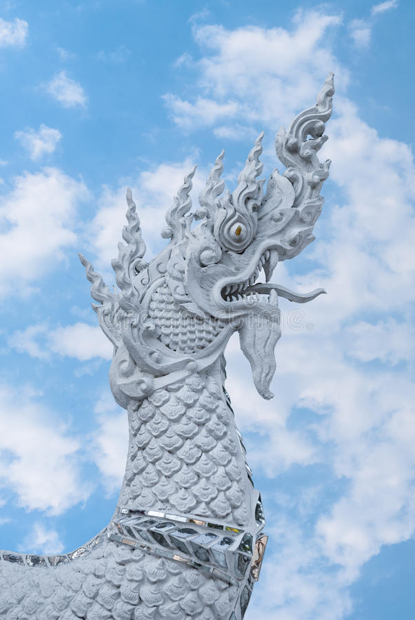 Крупный план к тайскому Naga или дракон в предпосылке неба рая стоковые фото