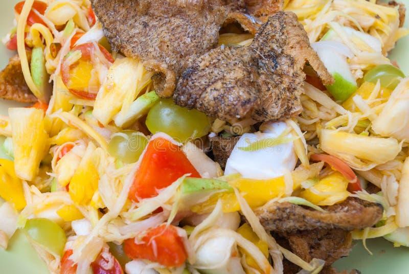 Крупный план к фруктовому салату с посоленным яичком и кудрявой зажаренной предпосылкой рыб стоковое фото