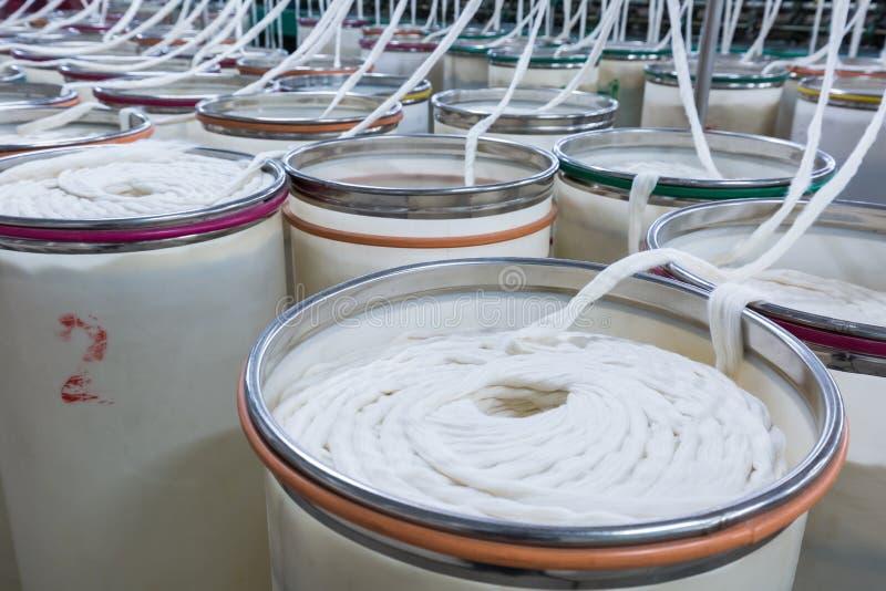 Крупный план мастерской продукции прядения хлопка стоковая фотография