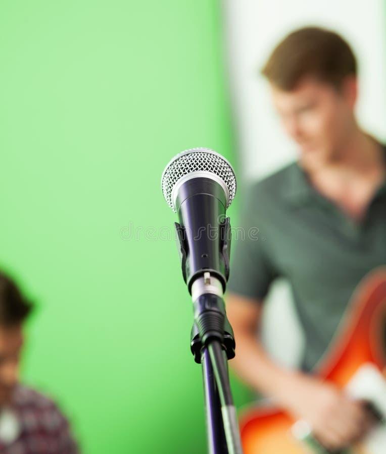 Крупный план микрофона в студии звукозаписи стоковое изображение