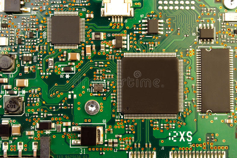 Крупный план монтажной платы радиотехнической схемы с процессором стоковая фотография