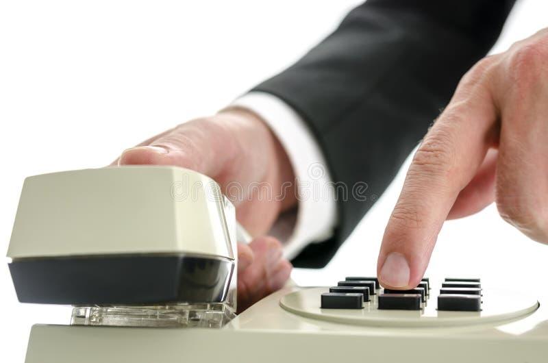 Крупный план набирать телефонный номер стоковые изображения