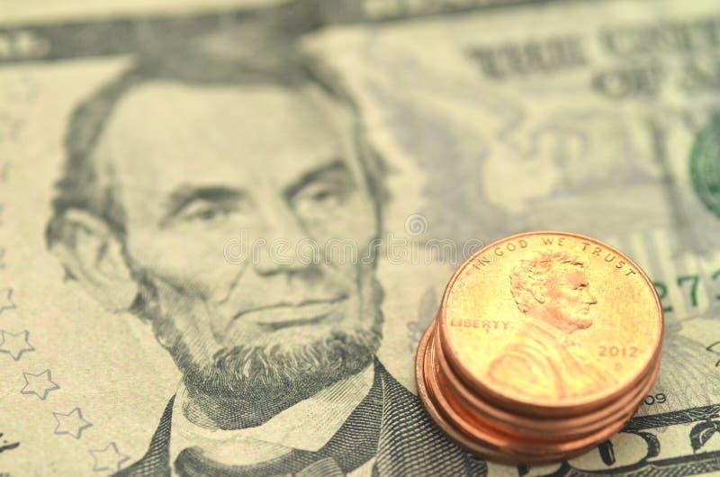 Крупный план нас банкноты и монетки стоковое изображение