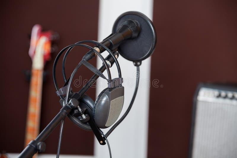 Крупный план наушников на микрофоне стоковые фотографии rf