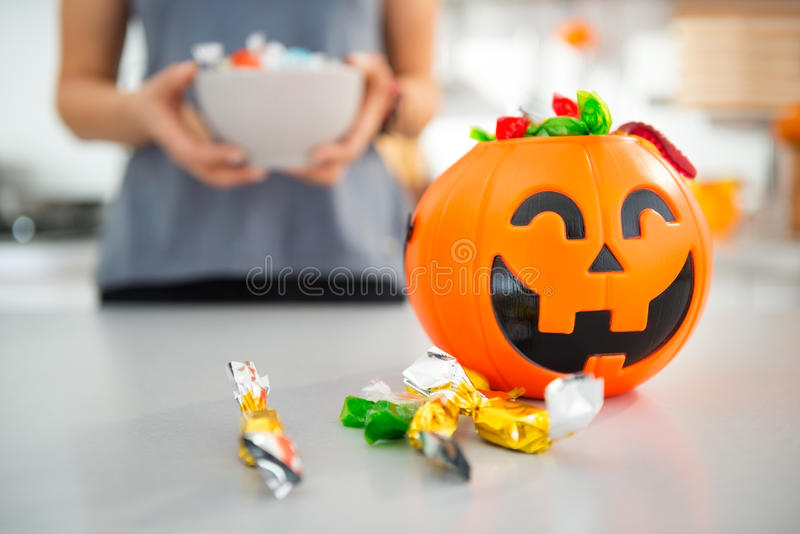Крупный план на ведре хеллоуина вполне конфеты фокуса или обслуживания стоковые фото