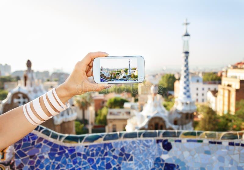 Крупный план на женском туристе принимая фото в парке Guell, Барселоне стоковые фотографии rf