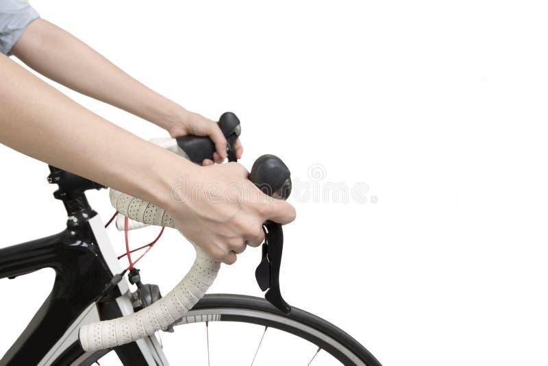 Крупный план на женщине вручает ехать велосипед стоковые фото