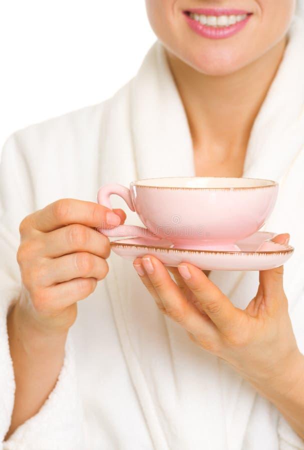 Крупный план на женщине в купальном халате с чашкой кофе стоковое изображение rf