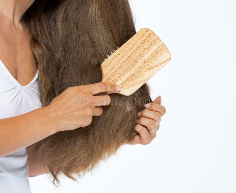 Download Крупный план на женщине расчесывая волосы Стоковое Изображение - изображение насчитывающей волосы, расчесывать: 33732655