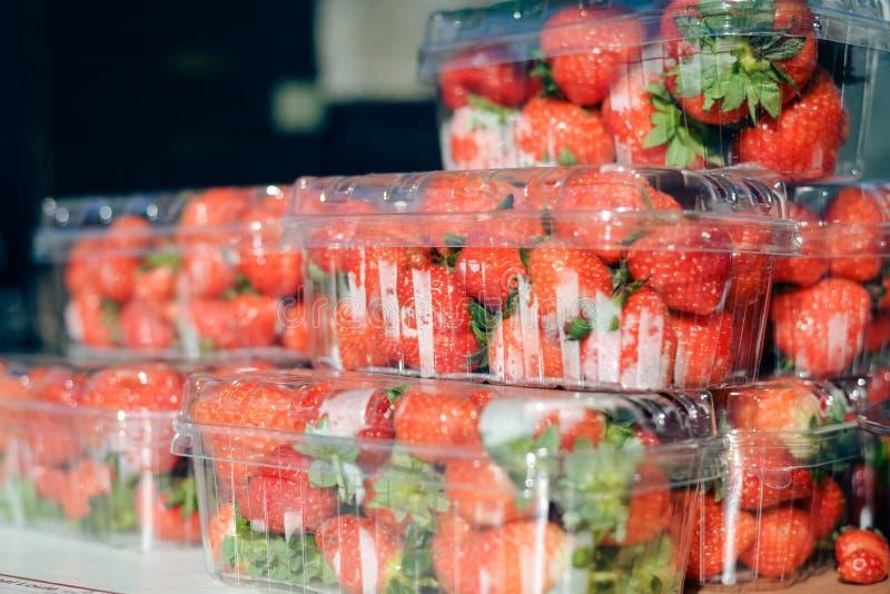 Крупный план на коробках свежих клубник в рынке фермера стоковая фотография rf