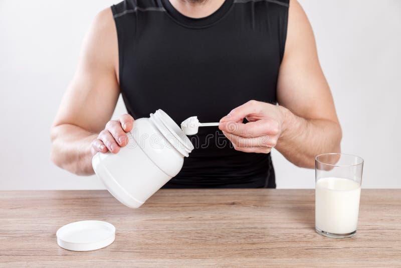 Крупный план на человеке с дополнениями питания на таблице стоковая фотография rf