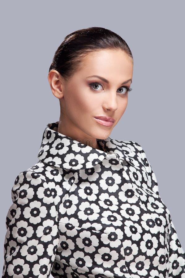 Крупный план на элегантной женщине в модной стильной куртке представляя в студии стоковые фотографии rf