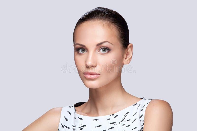 Крупный план на элегантной женщине в модном стильном белом платье представляя в студии стоковая фотография rf