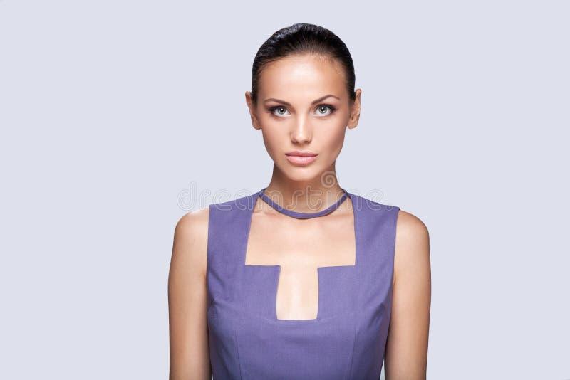 Крупный план на элегантной женщине в модном стильном платье представляя в студии стоковые изображения