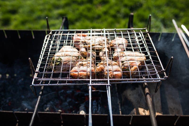 Крупный план некоторых протыкальников мяса будучи жаренным в барбекю Жарить marinated shashlik на гриле стоковая фотография rf