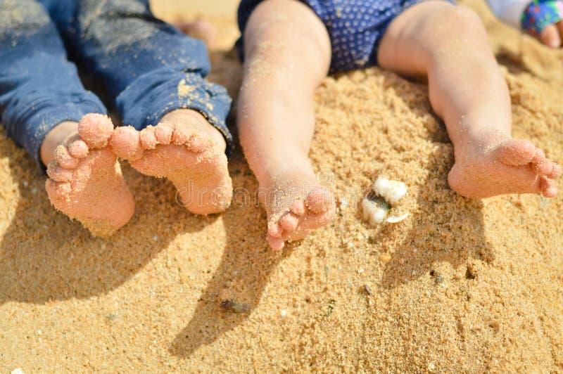 Крупный план 2 ног детей barefoot на лете стоковые фото