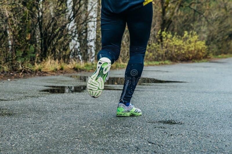 Крупный план ног человека бегуна стоковое изображение