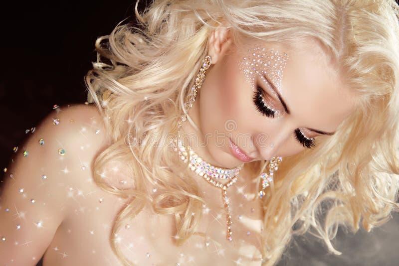 Крупный план носить белокурой сексуальной девушки модельный в мерцанных wi кристаллов стоковое фото rf