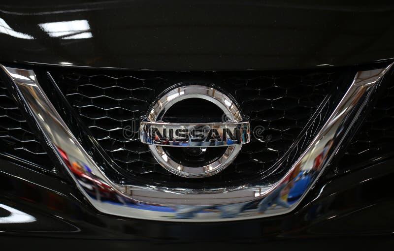 Крупный план логотипа Nissan металлический на автомобиле Nissan стоковая фотография rf