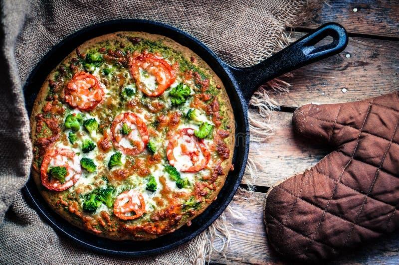 Крупный план домодельной вегетарианской пиццы на деревянной предпосылке стоковая фотография