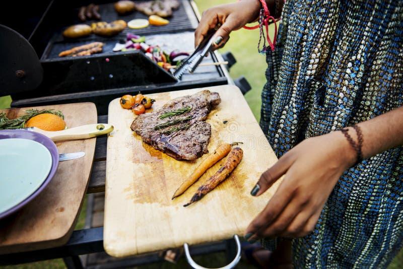 Крупный план домодельной зажаренной еды на партии лета деревянного стола стоковое изображение rf