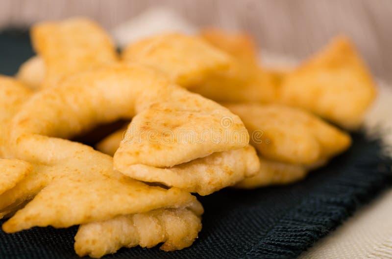 Крупный план очень вкусных эквадорских pristinos, сложенная вверх свежей от fryer, традиционное андийское печенье соответствующее стоковое фото