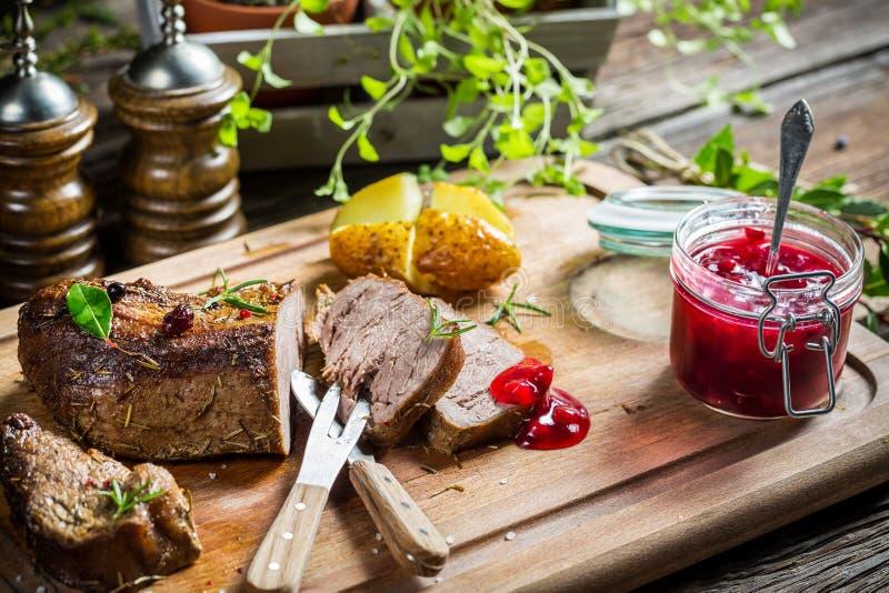 Download Крупный план оленины с соусом и овощами клюквы Стоковое Изображение - изображение насчитывающей низко, страна: 40586503