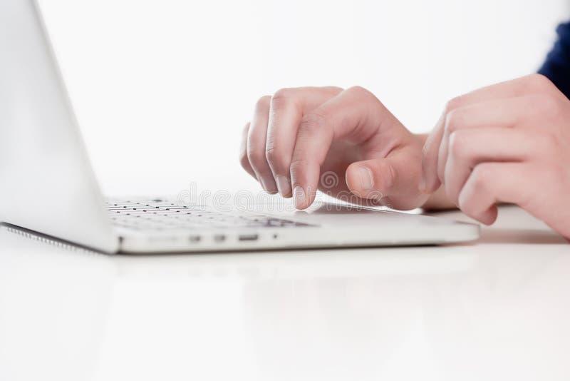 Крупный план пальцев используя клавиатуру стоковая фотография rf