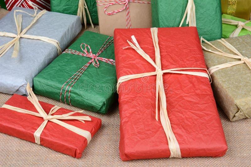 Крупный план подарков на рождество стоковое изображение rf