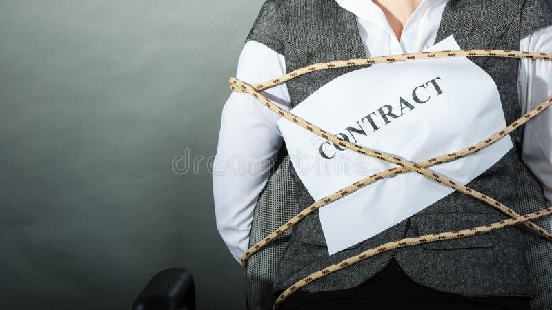 Крупный план предела коммерсантки сроками действия договора стоковое изображение