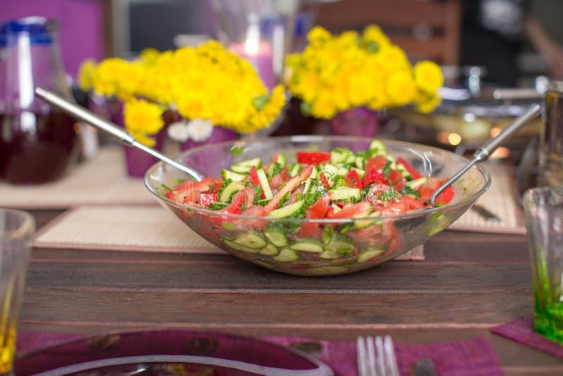 Download Крупный план плиты с салатом на украшенной таблице Стоковое Фото - изображение насчитывающей цветки, обедать: 40586640