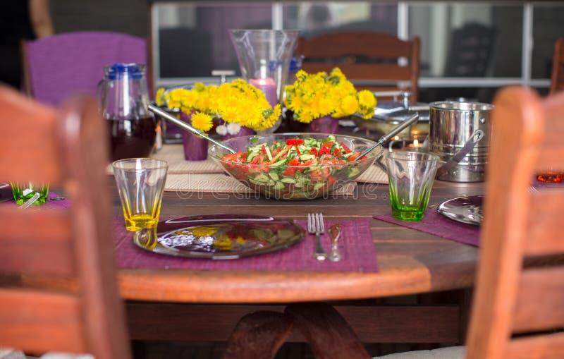 Download Крупный план плиты с салатом на украшенной таблице Стоковое Фото - изображение насчитывающей цветки, плиты: 40587160