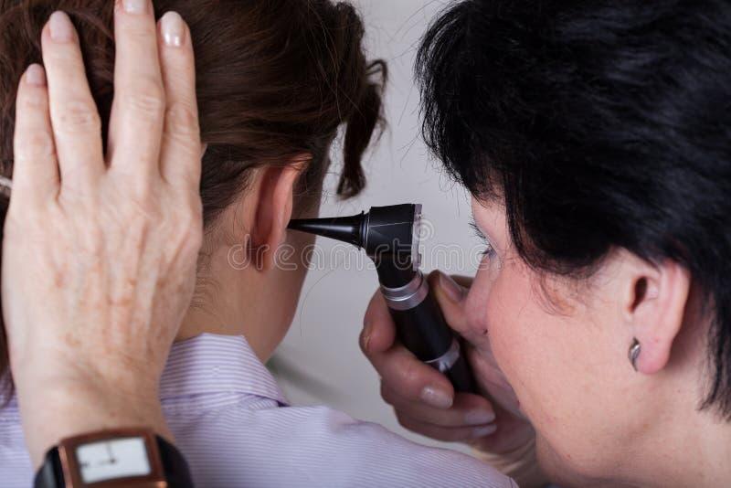 Крупный план рассмотрения слуха стоковая фотография rf