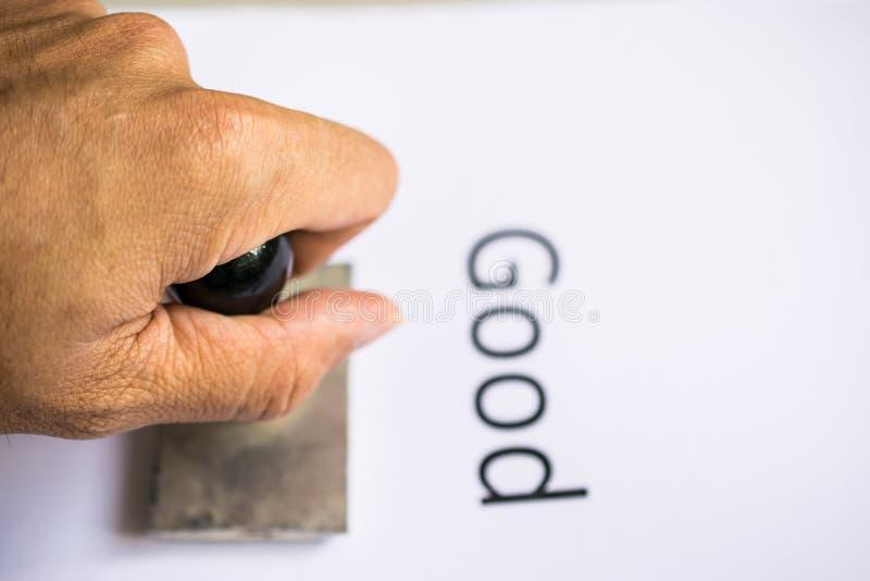 Крупный план руки штемпелюя документ с избитой фразой стоковое изображение