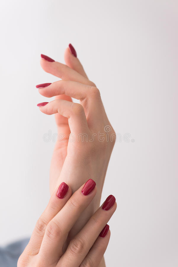 Крупный план рук молодой женщины стоковые изображения